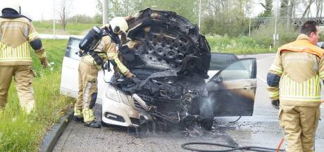 Auto vliegt in brand op afrit van A59 bij Drunen