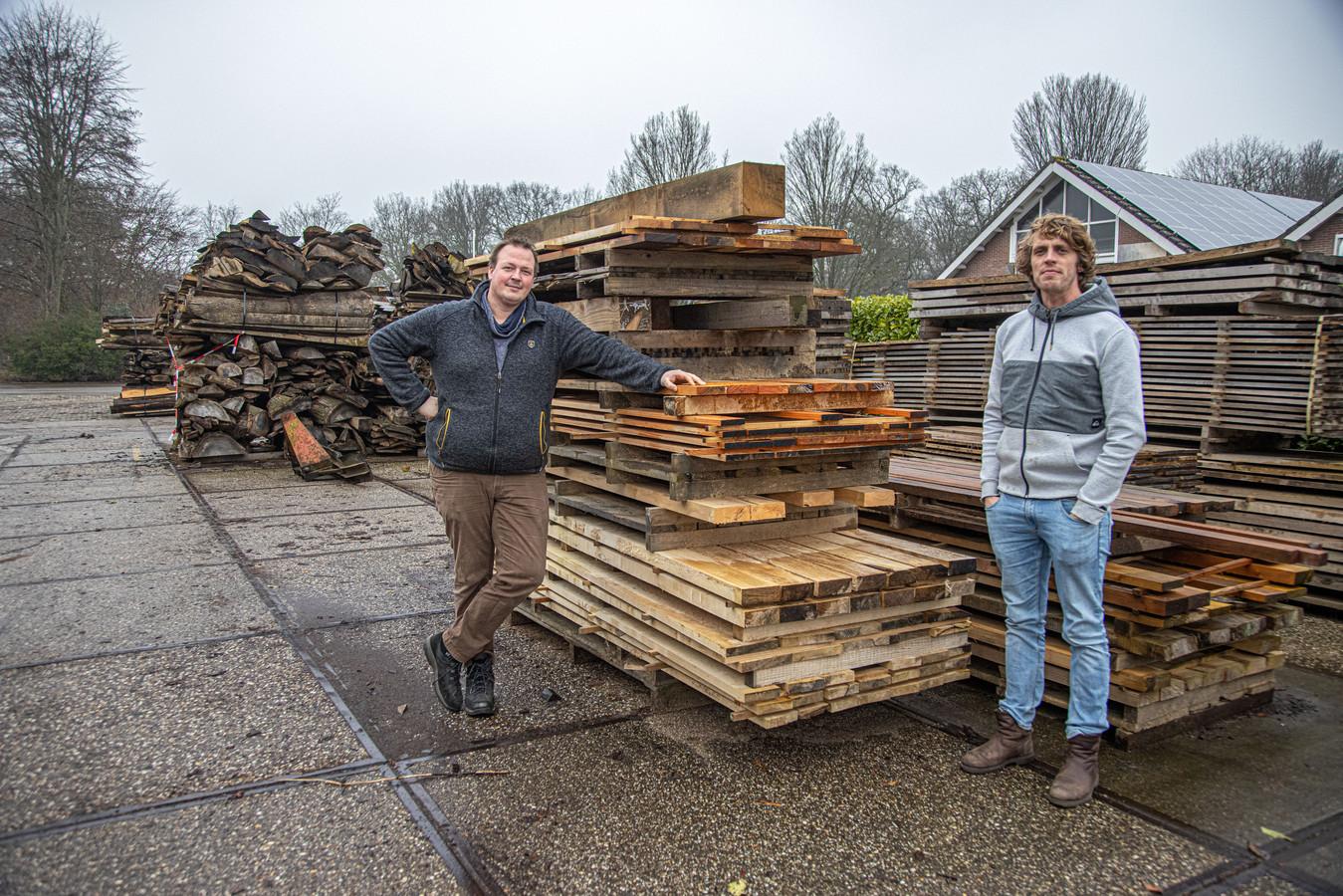 """Cor Wobma (rechts): ,,,,We verliezen nu anderhalve ton op jaarbasis aan omzet."""""""