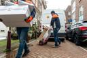 Postbezorgers van PostNL aan het werk in het centrum van Amsterdam. Steeds meer pakjes worden bezorgd in de stad. Foto ; Sabine Joosten