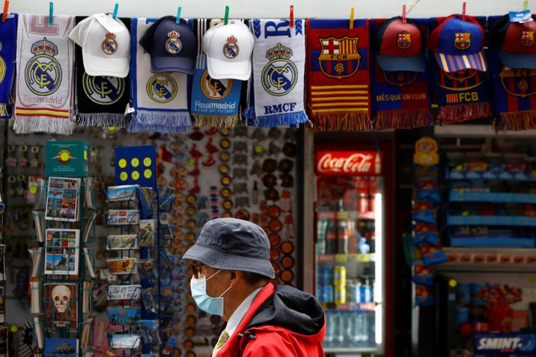 Een winkeltje in Barcelona verkoopt gadgets van Real Madrid en FC Barcelona.  Beeld REUTERS