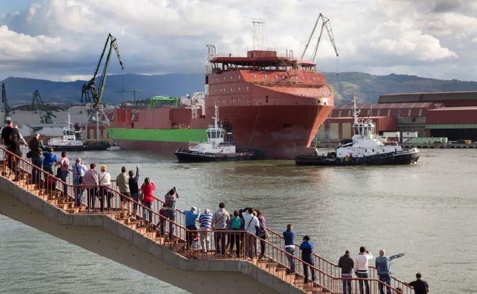 Diepzeekabellegger Living Stone vlak na zijn tewaterlating bij de La Naval scheepswerf in Bilbao.