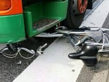 Fiets belandt onder vrachtwagen in Woerden