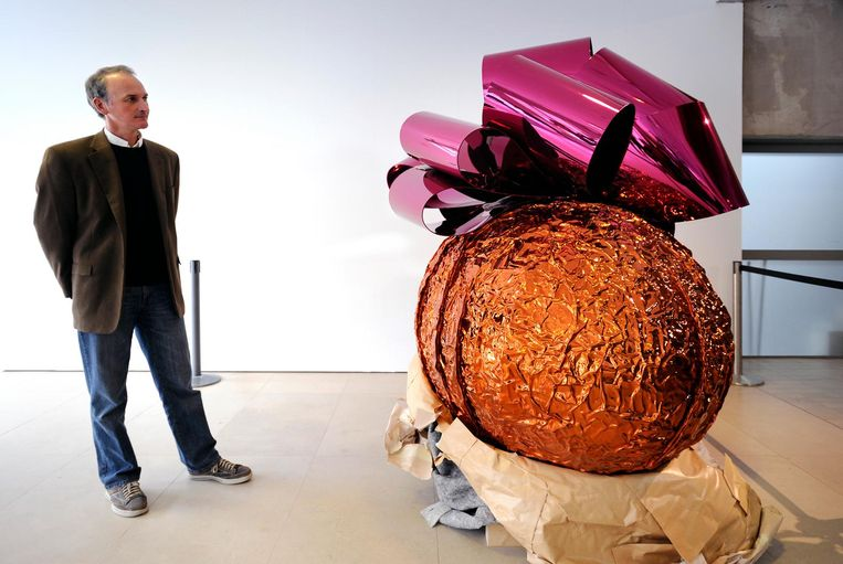 Kreuk bij Jeff Koons' ei 'Baroque Egg with Bow' Beeld Raymond Rutting / de Volkskrant