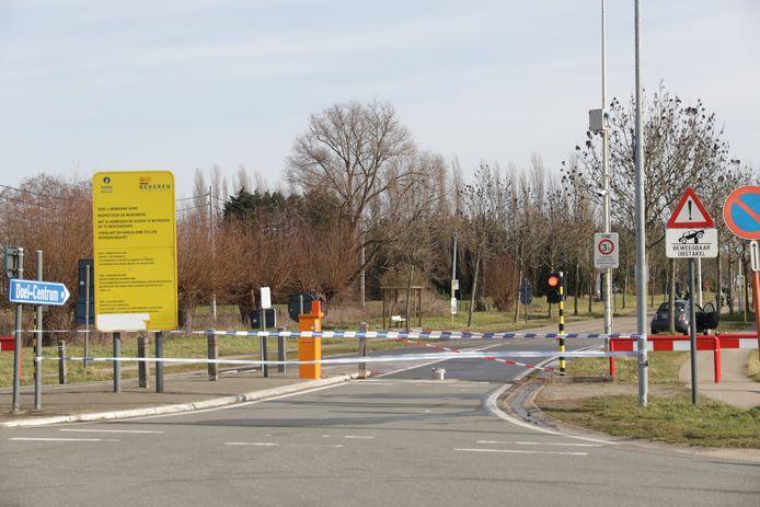 Door het ongeval was de verdwijnpaal defect en moest de rijbaan worden afgesloten.