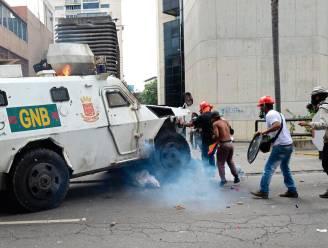 Gepantserde wagen rijdt betogers omver in Venezuela