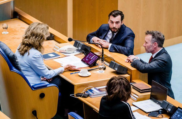 Thierry Baudet (FvD) en Wybren van Haga (FvD) melden zich tijdens het debat over de coronamaatregelen bij Kamervoorzitter Vera Bergkamp.  Beeld ANP