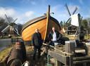 Botter De Zwaluw met Henk van Halteren (links) en Teus Eenkhoorn, directeur van het Nederlands Openluchtmuseum in Arnhem.