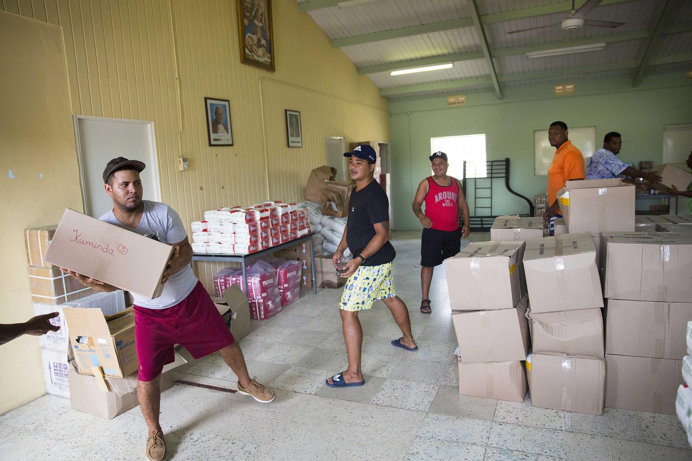 Het Rode Kruis op Curacao zorgt voorvoedselpakketten, hygienepakketten en pakketten met babyspullen.