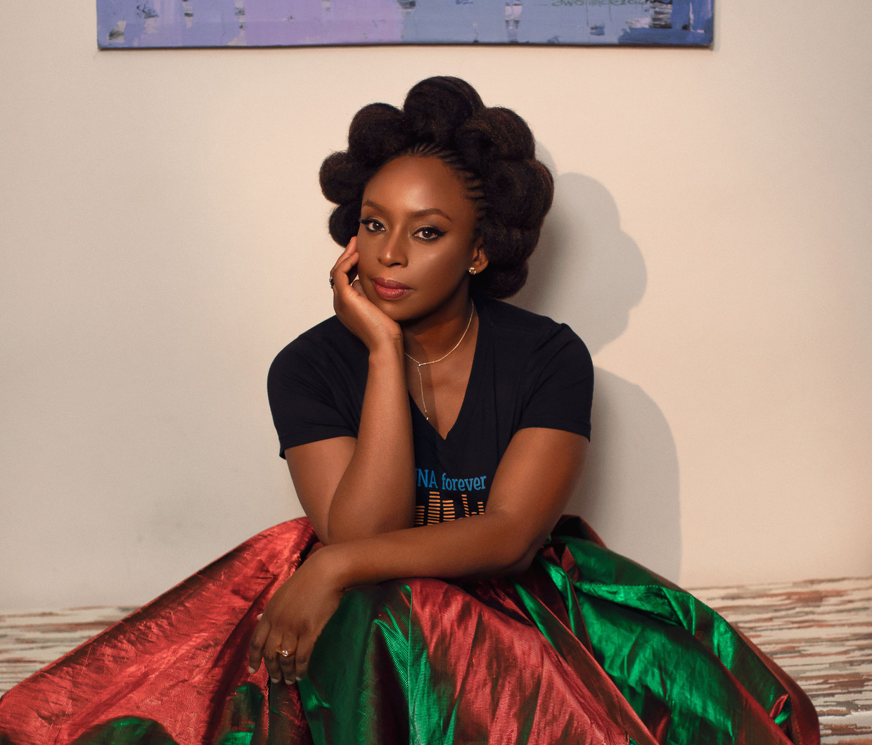 Chimamanda Ngozi Adichie haalt in een recent pamflet zwaar uit naar 'socialemediawijze mensen die zowat stikken in hun eigen voortreffelijkheid'.  Beeld Guardian / eyevine