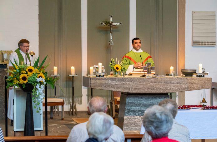 Pastoor James, zaterdagavond in de kerk van Wilbertoord, tijdens zijn eerste mis voor de Millse parochie De Goede Herder.
