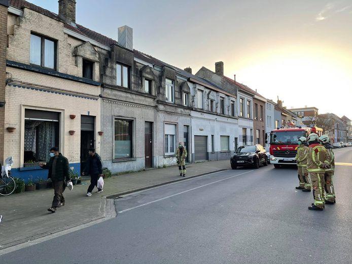 De brandweer bij de woning in kwestie in de Frère Orbanstraat.