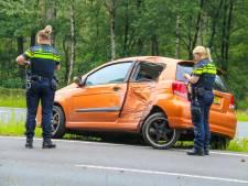 Automobilist ramt lantaarnpaal bij Ugchelen en wordt afgevoerd naar ziekenhuis