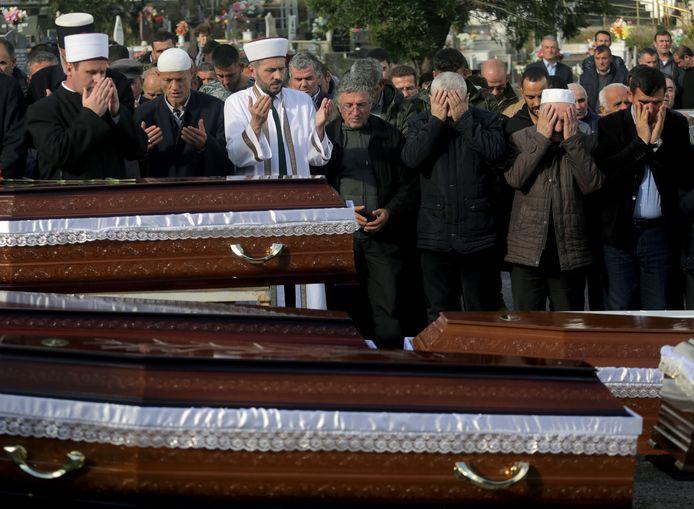 Familie en vrienden nemen afscheid van slachtoffers die bij de aardbeving het leven lieten.