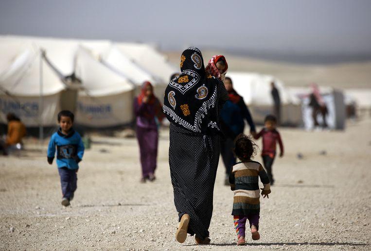 """Gevangen vrouwen en kinderen in het Koerdische kamp Al-Hol in Syrië. Laila Ben Allal: """"Ook kinderen van delinquenten hebben recht op een waardig leven.'"""" Beeld AFP"""