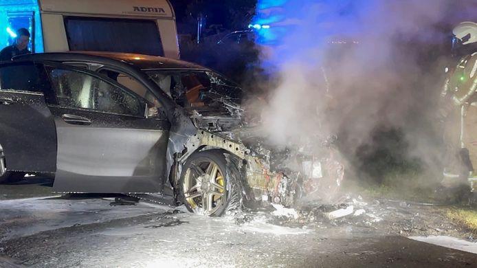 De wagen brandde zo goed als volledig uit.