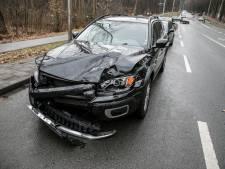 Automobilisten botsen op elkaar op kruising Schelmseweg