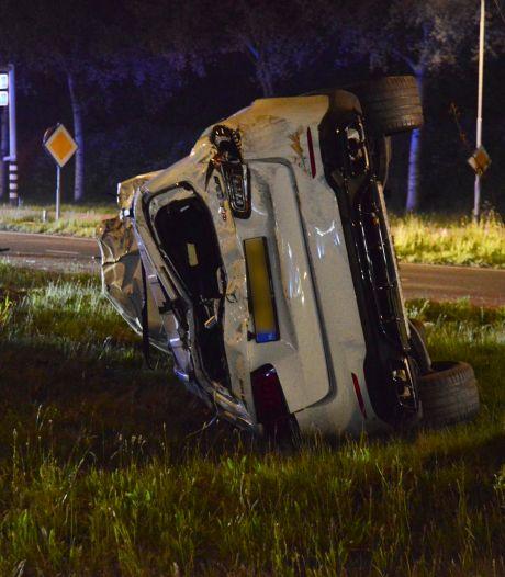 Auto belandt op zijkant bij botsing tegen lantaarnpaal in Breda
