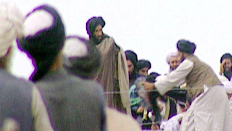 Een zeldzaam beeld van Mullah Omar, afkomstig uit een Newsnight-reportage van de BBC in 1996 in Kandahar. Beeld AFP