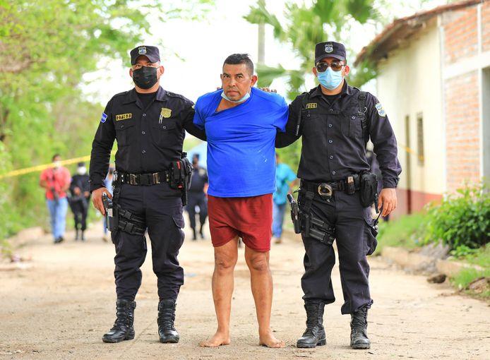 De oud-politieagent wordt verdacht van zedenmisdrijven en dertien moorden.