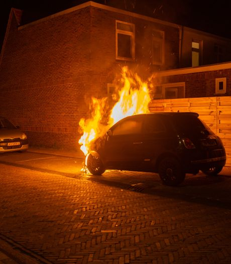 Zandweerd brandt weer: nu fikt er een auto uit in deze wijk van Deventer