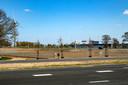 Tussen de nieuwe op- en afrit van de A1 en de snelweg zelf komt een klein zonnepark.