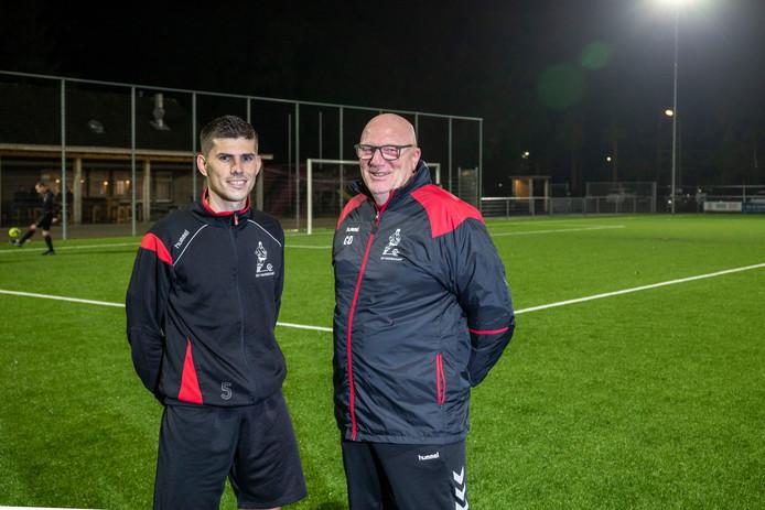 Trainer Connie van den Dikkenberg (rechts) met speler Lars van Wikselaar.