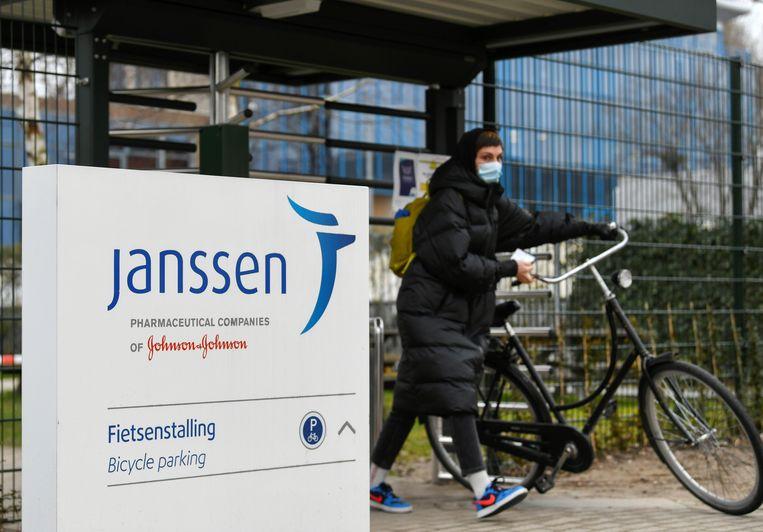 Een vrouw verlaat het terrein van Janssen Vaccines in Leiden. Beeld Reuters