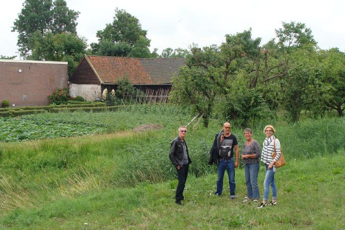 Xandra Pieters (derde van links) en Jeannette Verplancke (rechts). Links José van Hattem die ook tegen de bouwplannen is.