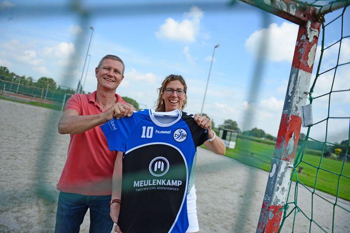 Herald Hagedoorn en Miranda Steenhagen tonen het nieuwe shirt dat bij de handballers van Zenderen Vooruit en RKSV Bornerbroek meteen goed in de smaak valt.