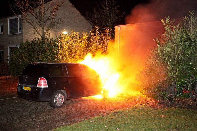 Auto in brand in Oosterhout.