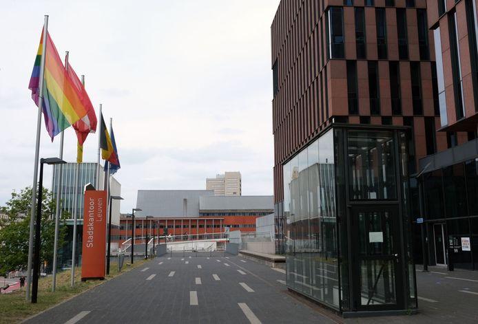 De regenboogvlag wappert aan het stadskantoor in Leuven.