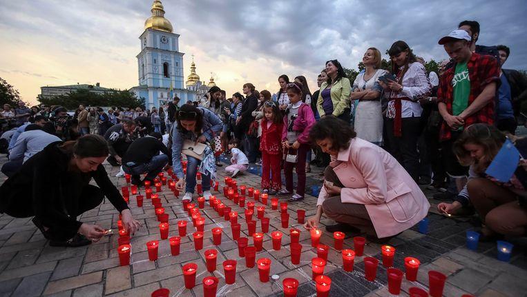 Krim-Tartaren branden kaarsjes om de 70ste herdenking van de deportatie van hun volk te herdenken. Beeld REUTERS