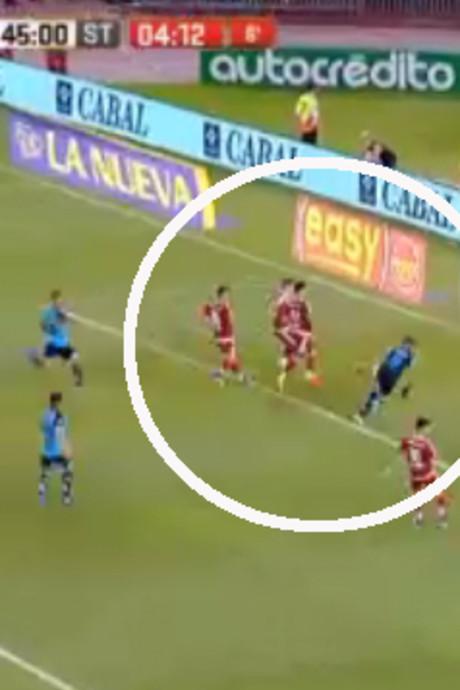 VIDEO: Bizarre misser met drie spelers voor open doel