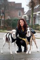 Renate van het Hekke met haar 2 galgo honden Yulie (wit) en Noa.
