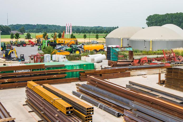 Industrieterrein Mierbeek in Esbeek met op de achtergrond het gebied waar het college wil uitbreiden.