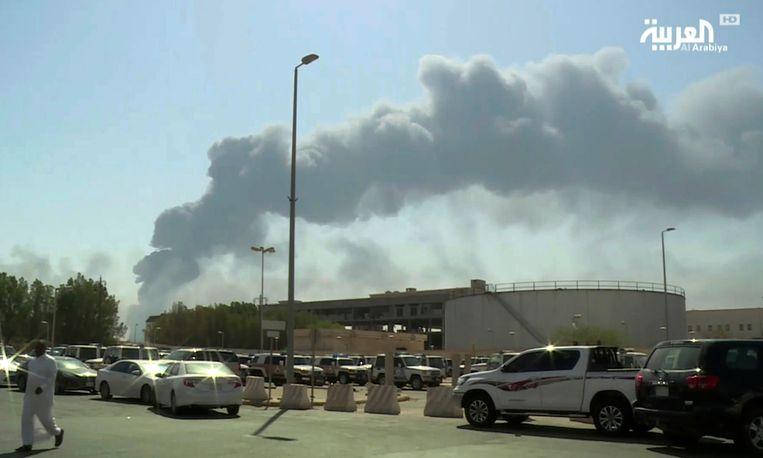 Rook stijgt op boven de  olie-installaties in de oostelijke Saudische provincie Bugya.  Beeld AP