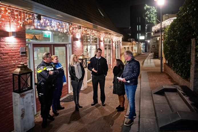 Deelnemers aan de avondschouw in het centrum van Wijchen in het Marktpad.