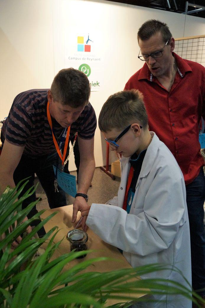Bij de stand van Park Uniek/Campus De Reynaert waanden kinderen zich echte wetenschappers.