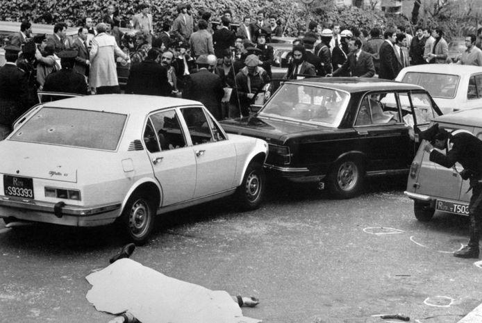 Uma multidão no local onde o primeiro-ministro italiano Aldo Moro foi sequestrado perto de sua casa em Roma em 16 de março de 1978.