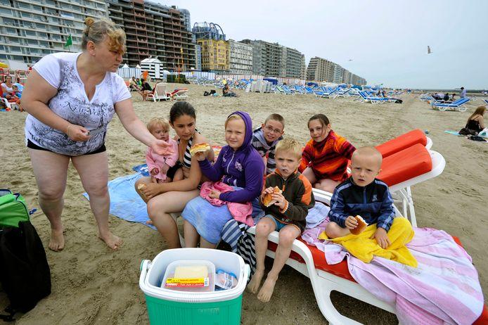 Een foto uit de oude doos: frigoboxtoeristen op het strand. Die zijn nu aan een revival bezig, volgens de strandbarhouders aan onze kust