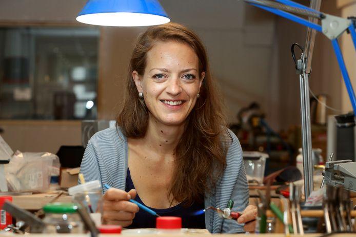 """De 39-jarige Anne-Marie vindt het heerlijk om voor zichzelf te werken. ,,Ik kan mijn eigen werktijden bepalen en kan mijn creativiteit hierin kwijt."""""""