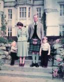 De Queen en prins Philip met hun kinderen Charles en Anne. Na zes maanden afwezigheid begroetten ze hun kinderen van 5 en 3 met niets meer dan een handdruk.