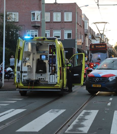 Fietsster valt hard nadat ze met haar wiel tussen tramrails komt: gewond naar ziekenhuis gebracht