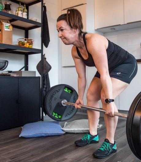 We mogen niet naar het fitnesscentrum, dus richten we een thuissportschool in: 'Nu zweet ik meer dan in de sportschool'