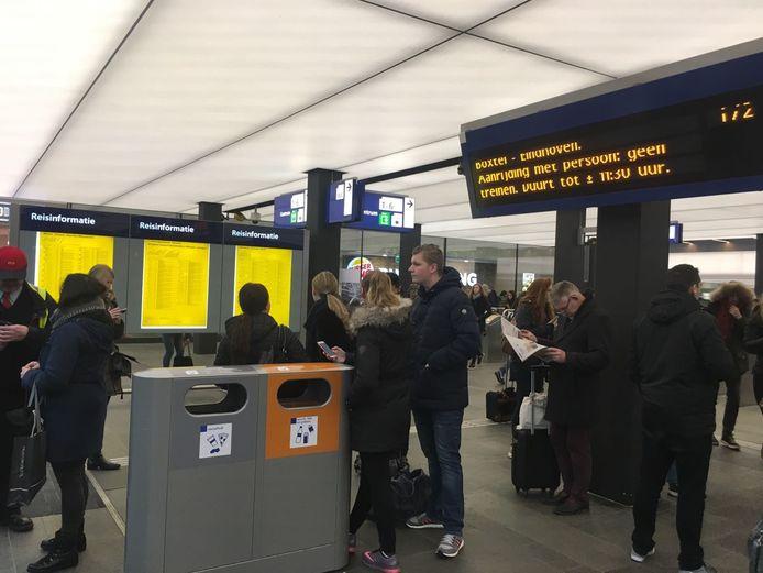 Op station Eindhoven zijn talloze treinreizigers gestrand omdat er geen treinverkeer mogelijk is richting Tilburg en Den Bosch.