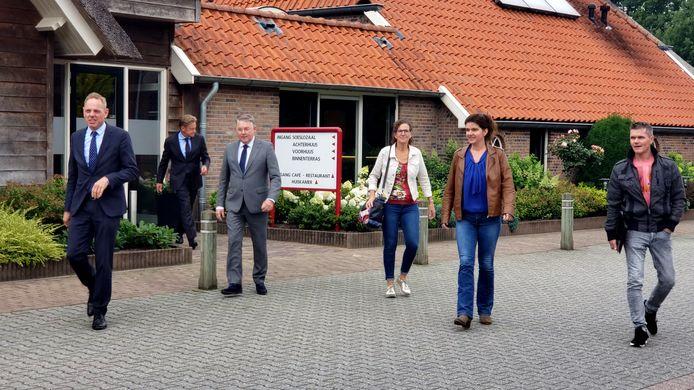 Vertegenwoordigers van boeren in de regio hebben donderdagochtend overlegd met drie burgemeesters in Wijthmen. Ze mogen weer demonstreren, mits acties van tevoren worden aangekondigd. Op de foto van links naar rechts Ron König (burgemeester Deventer, waarnemend voorzitter Veiligheidsregio IJsselland), Rob Bats (burgemeester Steenwijkerland), Hans Vroomen (burgemeester Ommen) en namens de boeren Everdien Kuiper (Sibculo), Stephanie van den Berg (Lemelerveld) en Jawin Klein Hegeman (Loo-Bathmen).