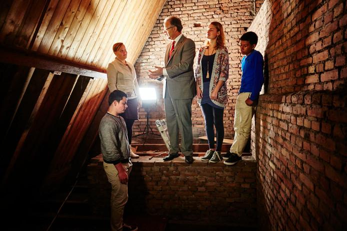 Burgemeester Aboutaleb nam met een aantal scholieren een kijkje op de zolder van de Breepleinkerk, waar in de oorlog enkele joden ondergedoken zaten.