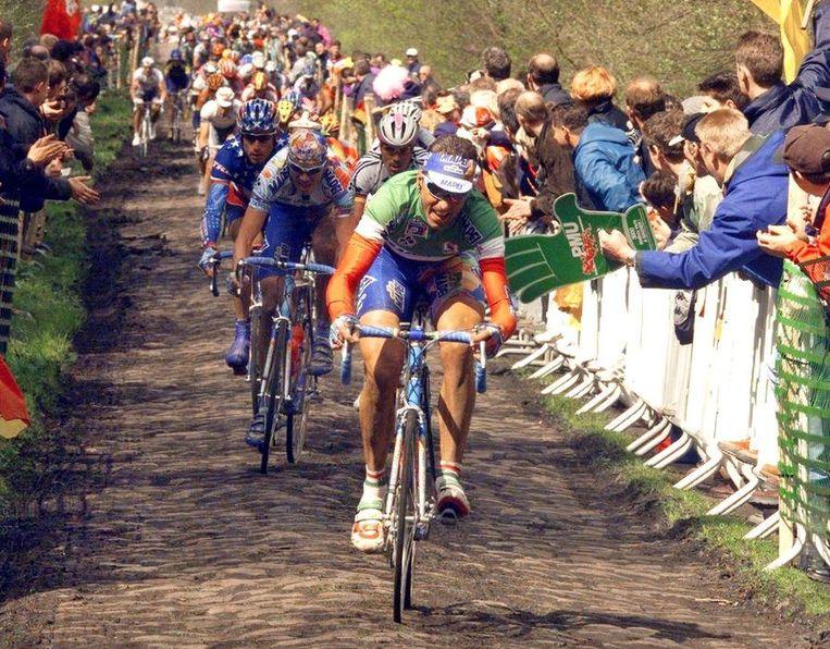 Andrea Tafi, hier tijdens Parijs-Roubaix van 1999. Hij zou de wedstrijd winnen. Beeld null