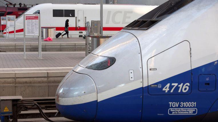 Een ICE (op de achtergrond) en een TGV op het station van München. Beeld Reuters
