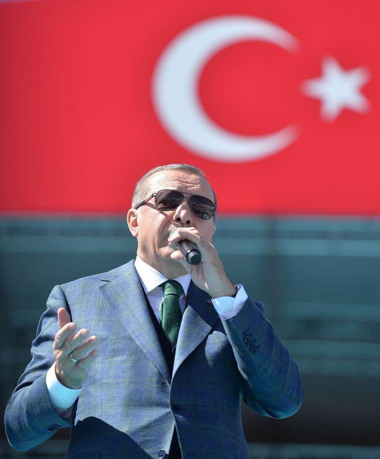 De Turkse president Recep Tayyip Erdogan spreekt zijn aanhangers toe in Ankara. Beeld AFP